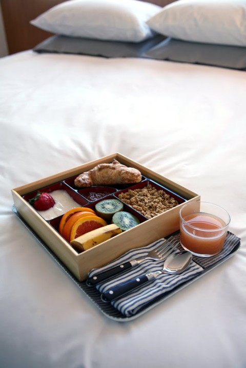 breakfast, photo, photography, bed, design, eating, sleeping, bedroom, interior design, deco, breakfast tray, food, white linen, modern, beautiful