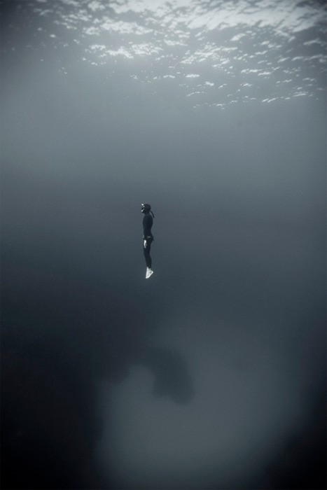 dive diver underwater water ocean diving photography photograph black and white lone diver alone emtpy loneliness calm quite peaceful