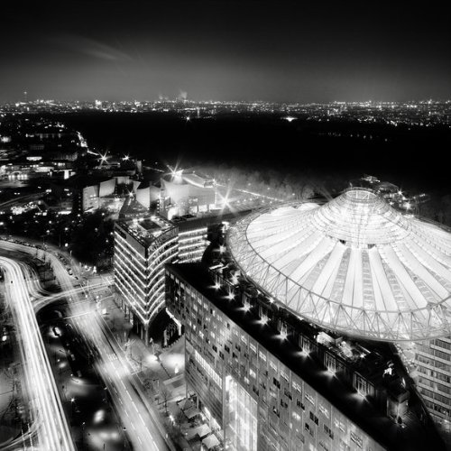 ronny behnert west berlin black and white photography germany potsdamer platz sony centre architecture photo imagen night sky lights