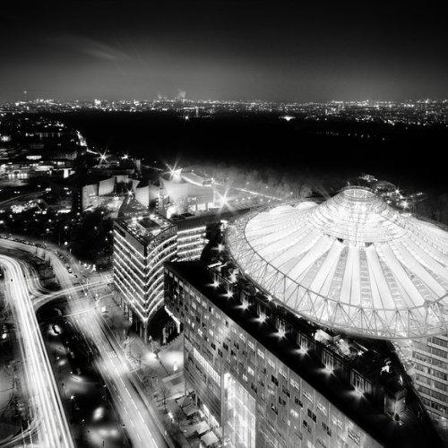 ronny behnert west berlin black and white photography germany potsdamer platz sony centre architecture photo imagen night sky lights