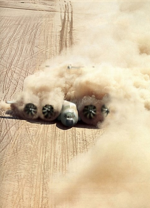 plane landing in desert A400 airbus military plan transporter dust dangerous landing machine aviation photoraphy
