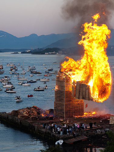 biggest bonfire in the world norway burning wood tower collapsing norway sea boats fjord hessa celebration slinningen alesund midsummer