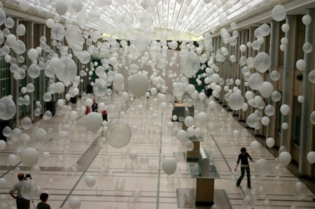 balloons art installation sculpture scatter chaos artist exhibition gallery artist william forsythe fun cool balloons hanging in air photography artist inpsiration