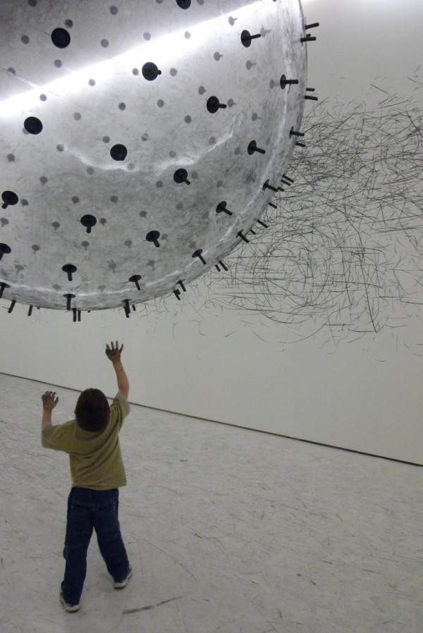 Kinetic Drawing Sculpture by Karina Smigla-Bobinski pencil drawing charcol pieces helium ballon small space room artist german installation interactive