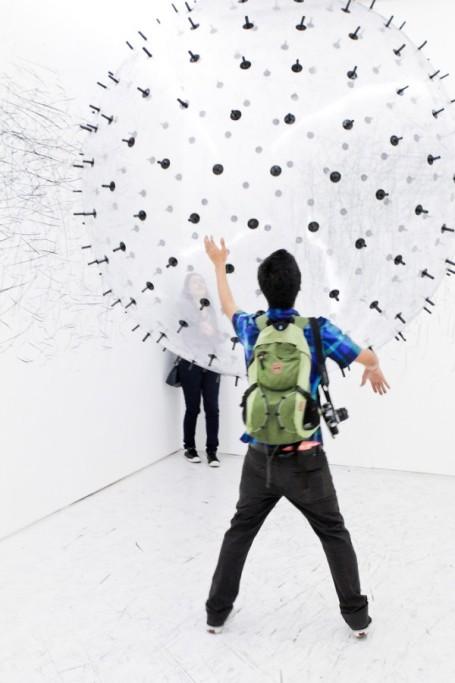 Kinetic Drawing Sculpture by Karina Smigla-Bobinski pencil drawing charcol pieces helium ballon small space room artist german installation interactive
