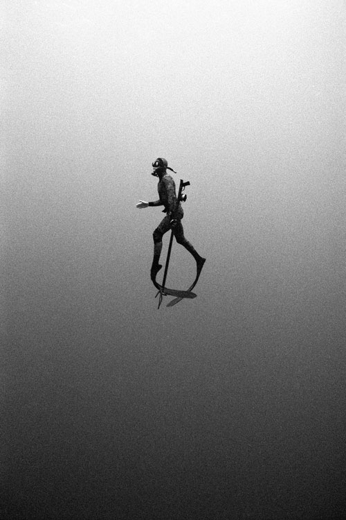 tip-toe black and white monochrome underwater photography photo diver diving sea ocean black contrast darkness