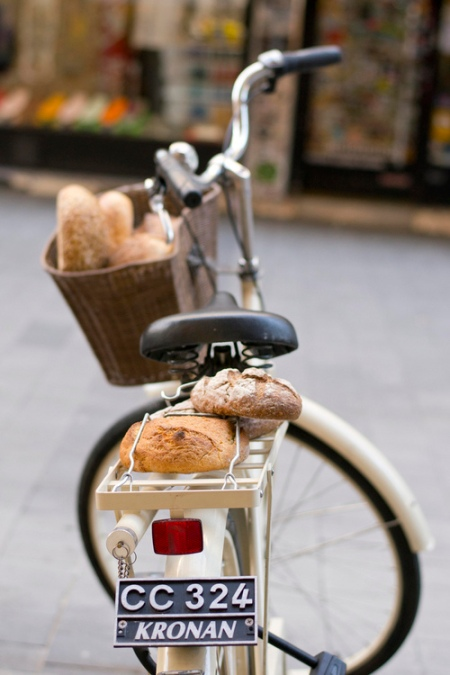 Beautiful photograph of a classic Kronan bicylce carrying freshly baked bread