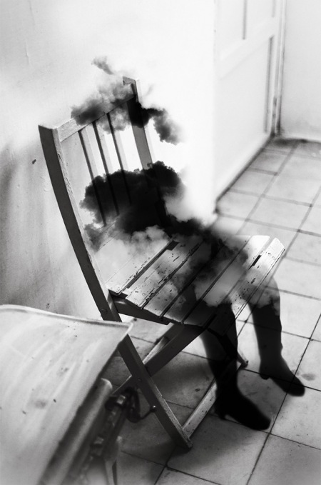 Living in Madrid, the photographer Silvia Grav offers us to travel into her world with black and white photographs manipulated by editing software. Strange and great sensitivity shots to discover in later portraits