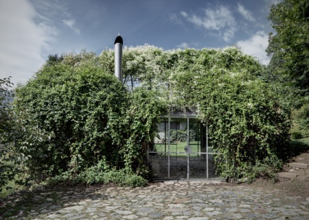 The 'Green box' project rises as a renovation of a small disused garage, accessory to a weekend house situated on the slopes of the Raethian Alps. A structure realized with lightweight metal galvanized profiles and steel wires wraps the existent volume and transforms it into a tridimensional support for the climbing vegetation.(via act romegialli)