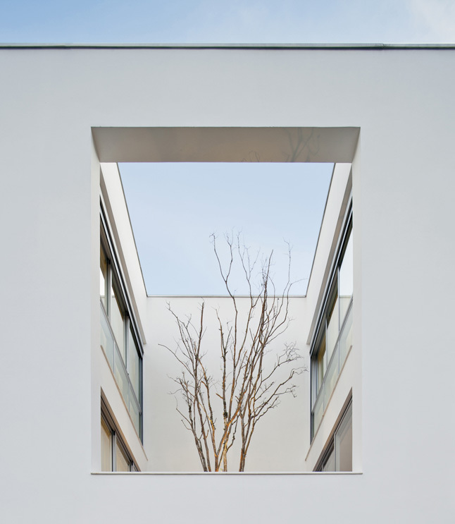 East façade fragment showing mezzanine´s courtyard, evening vi