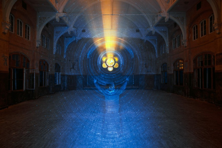 Jan Leonardo Wöllert (previously) is a German photographer who started his career by specializing in nighttime pictures and has since shifted his focus to the field of light art performance (5)