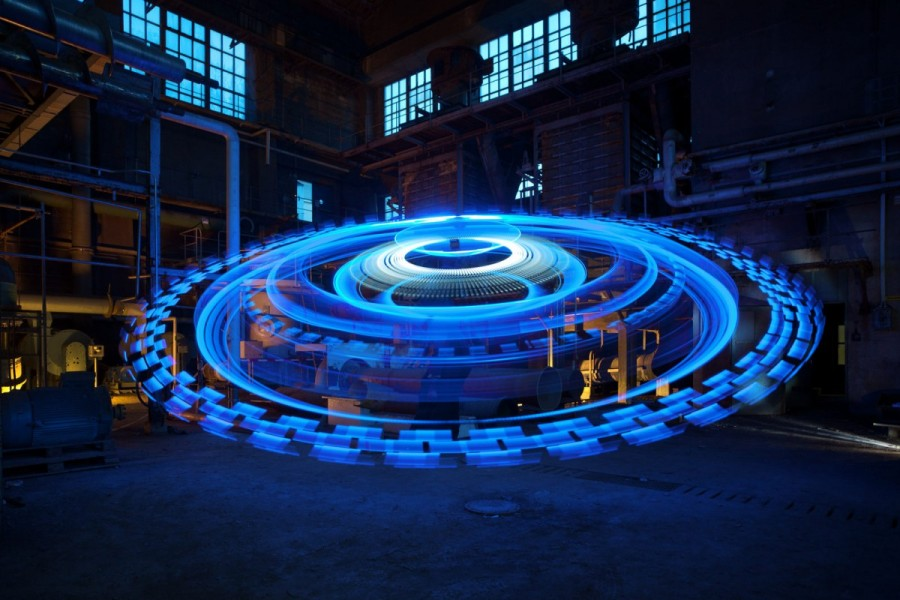 Jan Leonardo Wöllert (previously) is a German photographer who started his career by specializing in nighttime pictures and has since shifted his focus to the field of light art performance (9)